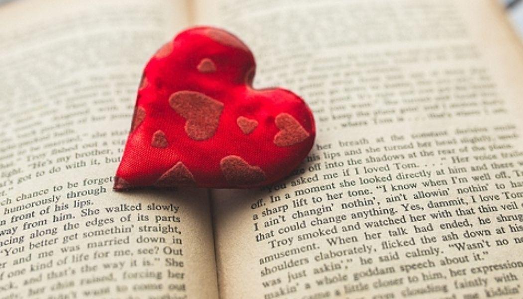 Coeur rouge sur un livre